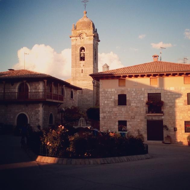 L'église Santa Mariña et l'autre auberge du village, juste en face de la terrasse d'où j'ai tenu mon journal de la journée en attendant le souper